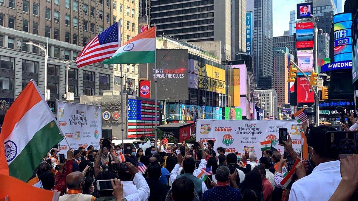 अमेरिका के 'टाइम्स स्क्वायर' में पहली बार फहरा भारतीय तिरंगा
