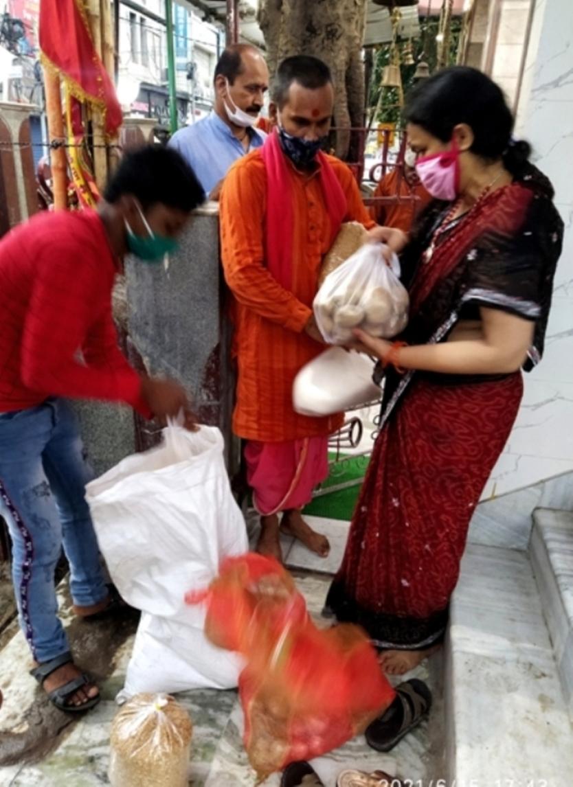 सामाजिक संस्थाओं ने मंदिर के ब्राह्मणों के बीच वितरित किया राशन